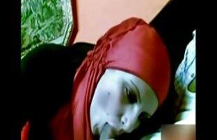 Arapska djevojka sisa penis s crvenim hidžabom
