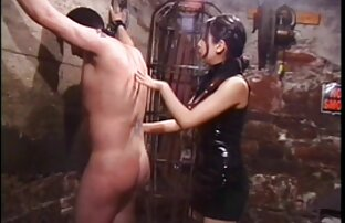Slatka azijska dominatrica šiba seksualnog roba u tamnici ropstva