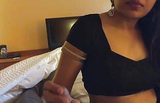 Lijepa indijska djevojka sisa pijetao