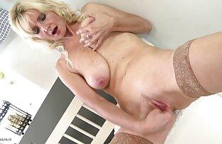 Seksi zrela mama sa sisama i žednom macom