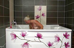 Starija mama uzima mladog kurca u kupaonici. Seksi film Sunčani Leone