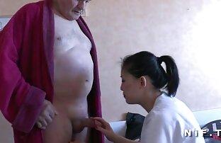 Mlada medicinska sestra duva starca