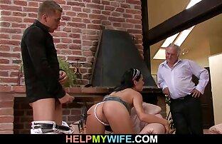 Muž kaže muškarcu da jebe njegovu ženu.