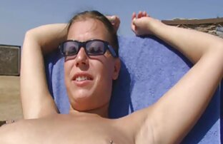 Dvojica ružnih momaka dotiču lijepu djevojku na plaži