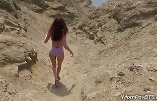 Španska vruća dama postaje gola na plaži iza scene