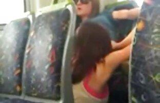 Dvije djevojke uhvaćene kako jedu macu u autobusu