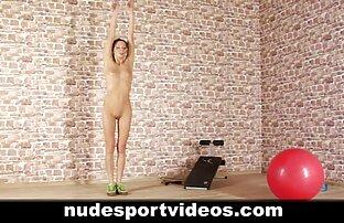 Prekrasna tinejdžerka koja se bavi golim igrama