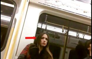 Djevojke gledaju muškarca kako trči u voz