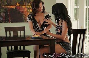 Djevojke se igraju seksi lezbijke ližu macu.