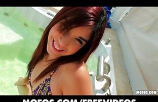 Latina traka za seks - Vruća tinejdžerica klizi joj bikini u stranu