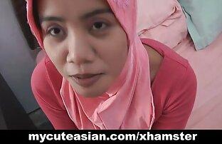 Azijski amater sisa zatim maramu na glavi