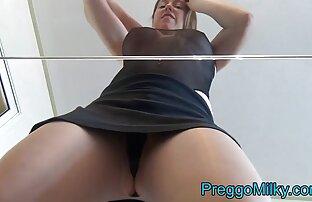 Laktacijska vruća dama prska mlijeko na stakleni stol