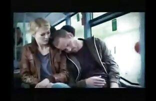 Uzbuđena djevojka u autobusu