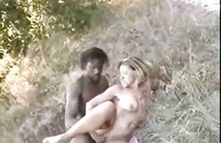 Plavokosa supruga Afrikanka u šumi
