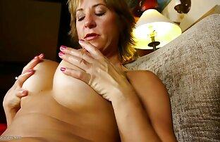 Vruća zrela mama s velikim maca usnama.