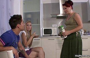 Tinejdžerka u majčinoj kuhinji