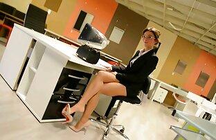 Gornja suknja: Nestašna sekretarica u visokim petama i najlonkama