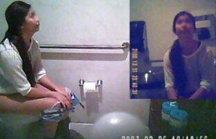 Vruća kamera u dvostrukim lanac-kratkim hlačama, obrijana tangama