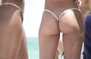 Djevojke na plaži u mikro tange