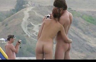 Lijepa amaterska tinejdžerka igra na goloj plaži