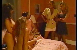 Dječak ima divlju trojku s djevojkama u krevetu