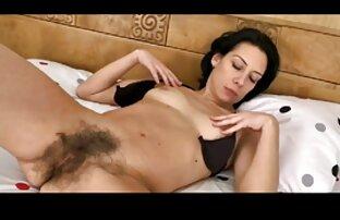 Milf ukazuje prstima na njezinu vrlo dlakavu macu