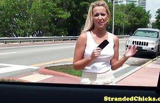 Nasukana plavuša u filmskoj emisiji o seksu u automobilu