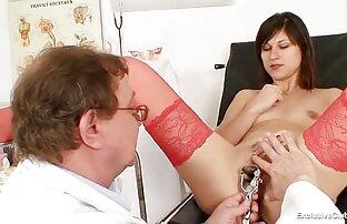 Vruća plavuša s doktorovim prstima