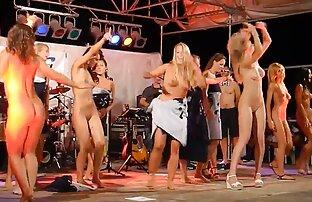 Gole plešuće žene na sceni
