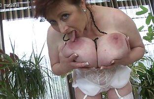 Vruća mama s velikim grudima igra se sa svojom macom.