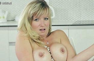 Lijepa i lijepa amaterska majka masturbira