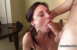Majka se analno zajebava u svojoj staroj guzici i sperma na licu