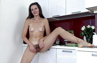Lulu uživa u seksi jagodama i postaje gola