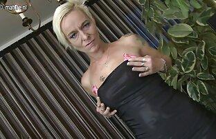 Prljavo zrela plavuša drolja igra se sa svojim dildoom.