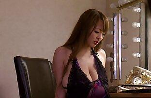 Azijat s velikim velikim sisama u ljubičastom donjem rublju