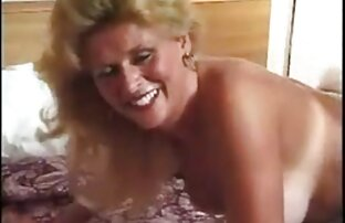 Zrela plavuša u čizmama voli analni