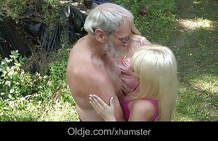 Stariji grubi kurac prodire u malene mlade rupe u šumi