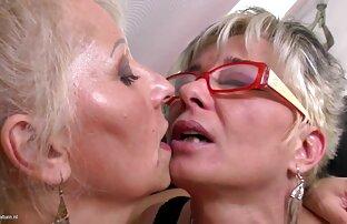 Savršene zrele mame na lezbijskom trojku