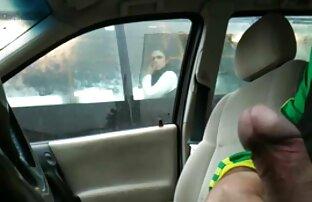Trepćući u automobilu kroz prozor autobusa