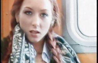 Lijepa djevojka masturbira u parku, u vlaku i jebe se.
