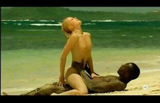 Mlada plavokosa bijela djevojka-međurasni sa crnim ljubavnikom na plaži