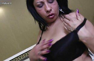 Zrela arapska mama s velikim crnim gumenim penisom.