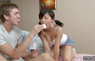 Seksi mlada tinejdžerka s vrućim sisama je sranje i dobiva lice
